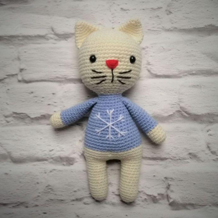 Kotek w zimowym sweterku ze śnieżynką