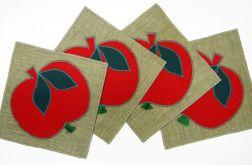 Czerwone jabłuszka na podkładkach.