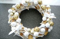Świąteczny wieniec ze złotymi kulami