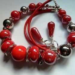 Czerwona porcelana w srebrnej oprawie, korale