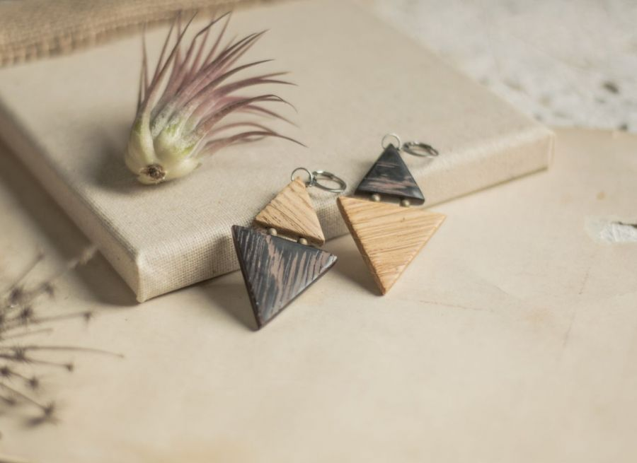 Dwukolorowe drewniane kolczyki - biżuteria z drewna