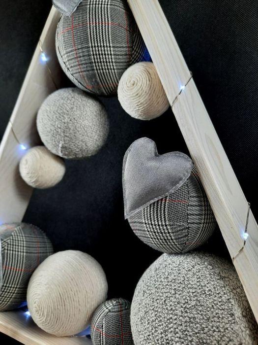 Prosta, drewniana choinka LED z aniołkiem