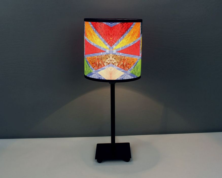 Kolorowa lampa stojąca nIEZAMKNIĘTY kOLOR S - W lampie jest zamontowana oprawa z gwintem E14.