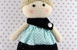 Laleczka w sukience w kropeczki