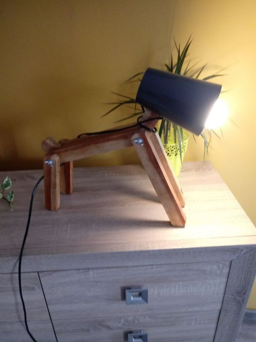Lampka drewniana piesek