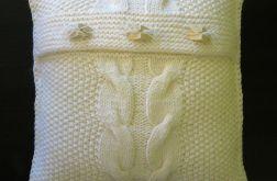 Biała poszewka ręcznie robiona na drutach
