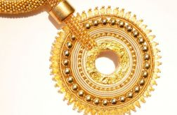 Naszyjnik z wisiorem z sutaszu i płatków złota