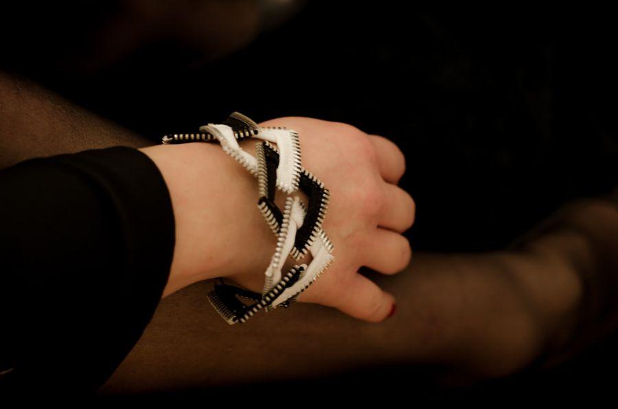 Bogaty komplet biało-czarnej biżuterii - Rockowa bransoletka w stylu glamrock..