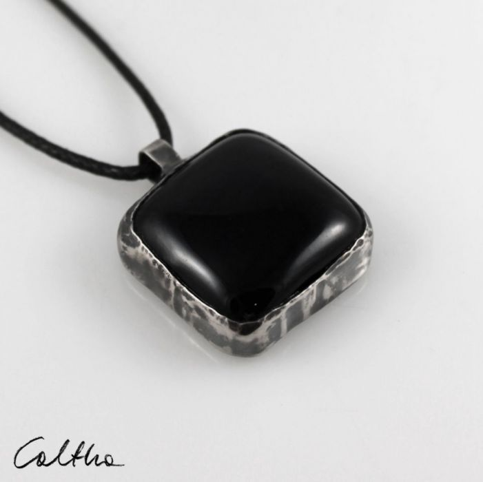 Czarny w srebrze - wisior 200823-01