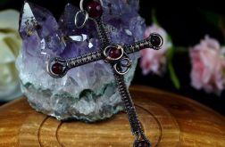 Krzyżyk, miedziany wisior z agatem i granatem