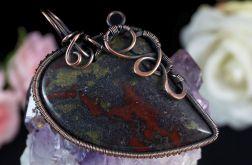 Miedziany wisior z kamieniem krwistym serce