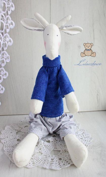 Żyrafa Tilda w granatowym sweterku chłopięca