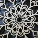 Drewniana mandala z krokusami - Drewniana koronka