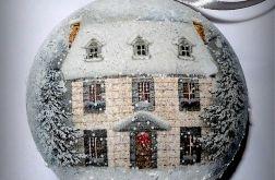 Bombka zimowy domek z napisem Wesołych Świąt