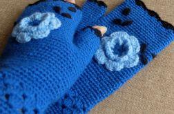 Mitenki z niebieskim kwiatkiem.