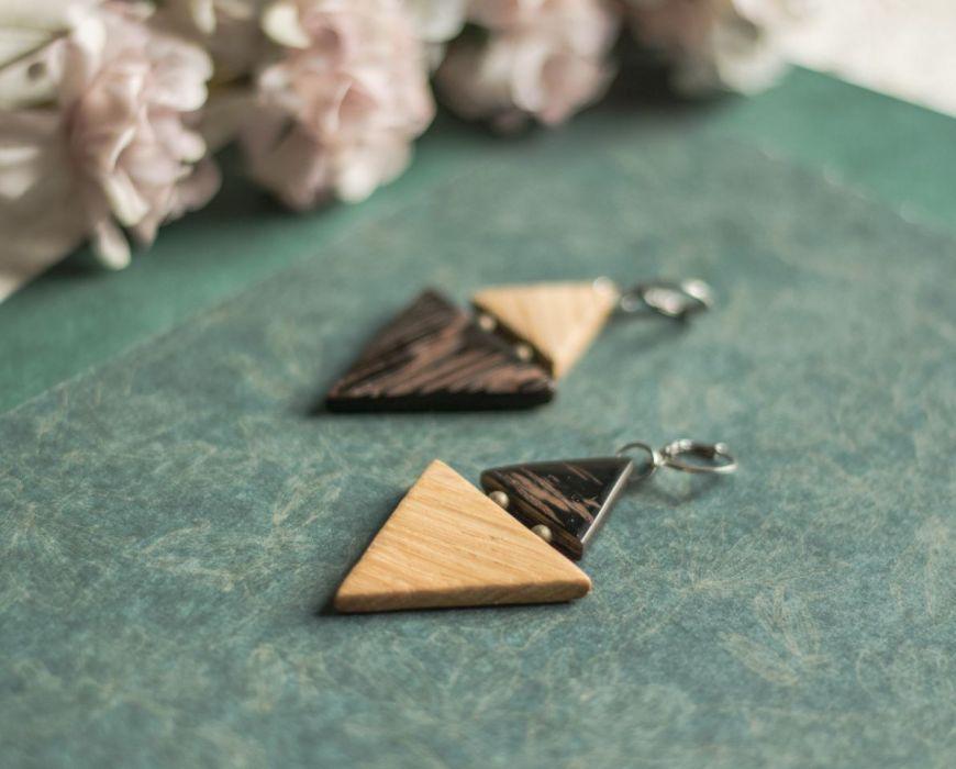 Dwukolorowe drewniane kolczyki - trójkątna biżuteria