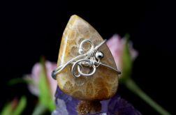 Koral, srebrny pierścionek ze skamieliną
