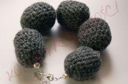 Szydełkowa szara bransoletka z perłami