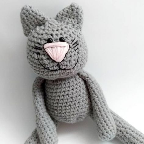 Szary kotek z uśmiechem