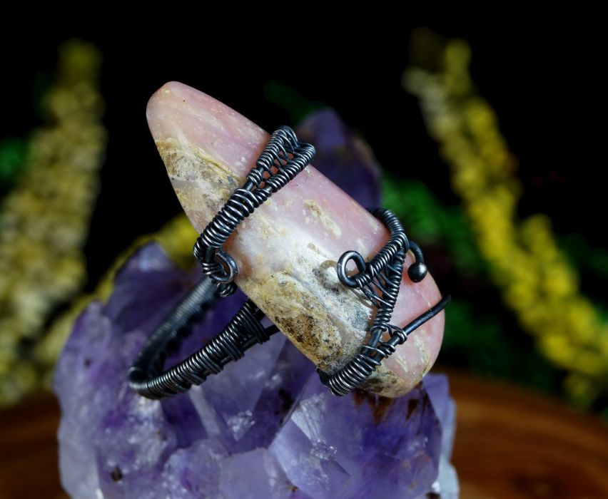 Opal, Srebrny pierścionek z opalem różowym