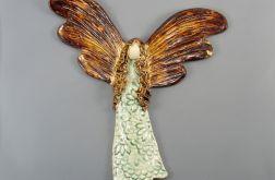 Anioł ceramiczny z ciemnymi skrzydłami
