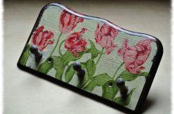 Wieszak z trzema kołeczkami w tulipany.