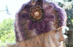 Czapka z kwiatkiem w kolorach purpury