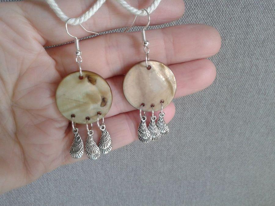 Kolczyki z  masy  perłowej z piórkami - kolczyki perłowe z piórkami