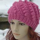 Różowa czapka w ciekawy wzór