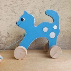 Drewniany kotek na kółkach, niebieski