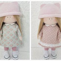 Lalka z ubrankami,  w różowym kapeluszu