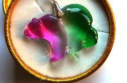 Tęczowy kryształ tytanowy, wisior niedźwiadek