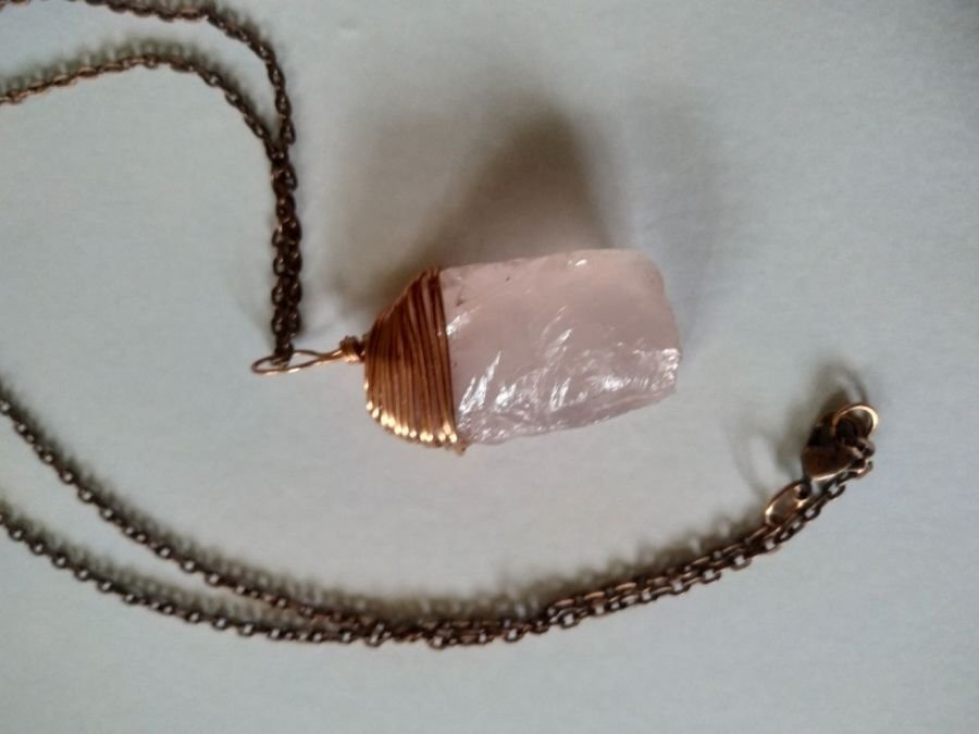 Wisiorek z różowego kwarcu i miedzi z łańsuszkiem - Wisiorek z różowego kwarcu w miedzi