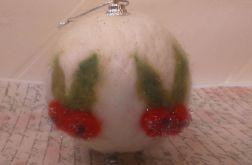Bombka z filcu z czerwonymi jagódkami