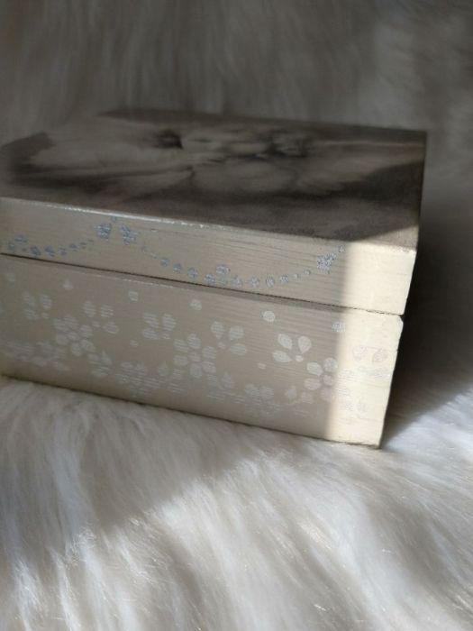 szkatułka-pamiątka I Komunii Św. z aniołkiem  - detale