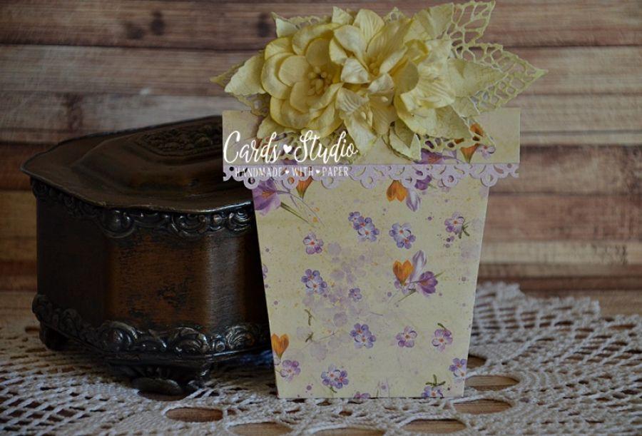 doniczka z printem wiosennych kwiatów