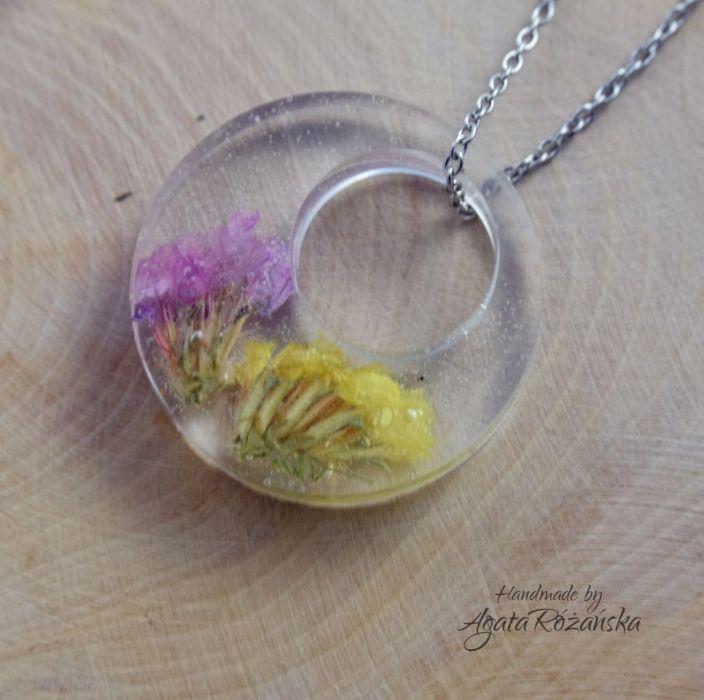 Wisiorek okrągły z kolorowymi kwiatami