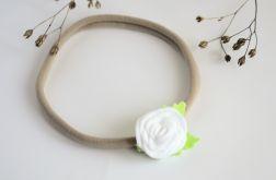 Opaska do włosów biała różyczka