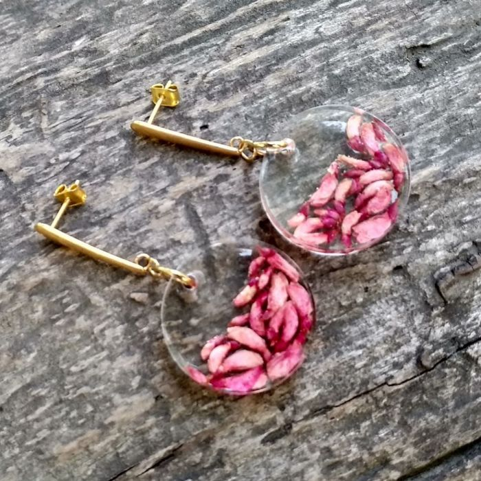 Kolczyki z żywicy z różowym wrzoścem.