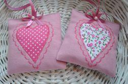 Dwie różowe saszetki z lawendą