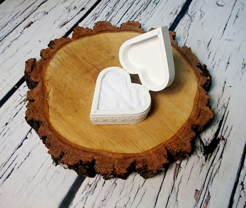 Białe pudełko na obrączki serce