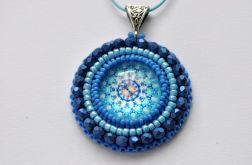 Wisiorek koralikowy z rozetką - niebieski