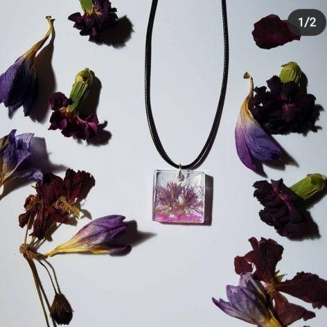 wisiorek z kwiatem fiołkowy