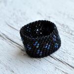 Pierścionek koralikowy czarny 5