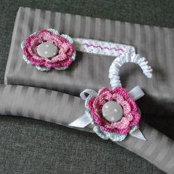 Komplet z różowym kwiatem - chustecznik i wieszak