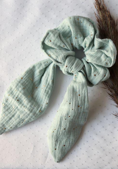 Miętowa gumka z muślinu ze złotymi kropkami - Muślinowa frotka do włosów