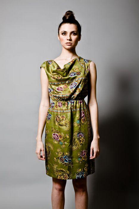 Zielona sukienka z satynowym pasem