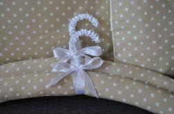 Romantyczny wieszak - białe kropki na beżu
