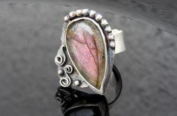 Pierścionek srebrny z różowym labradorytem