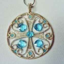 Wisior srebrny z błękitnymi kryształkami